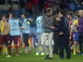 Rui Jorge, seleccionador de Portugal Sub 21, y Hakan Ericson, de Suecia Sub 21, se saludan. EFE