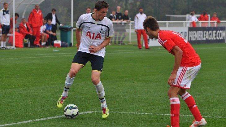 Ryan Loft jugará hasta final de temporada en el Tottenham. Twitter