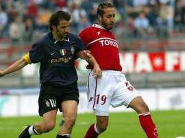 Saadi Gadafi (d) disputa un balón a Alessandro Del Piero, en su único partido en el Perugia. Twitter