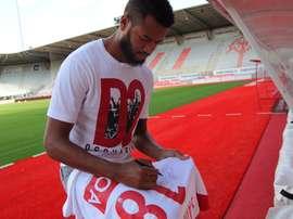 El central aterriza en la Ligue 2 para jugar con el Nancy. Twitter/nico_sintruf