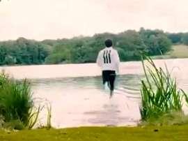 Em novo comercial Salah corre sobre as águas. Captura/MoSalah