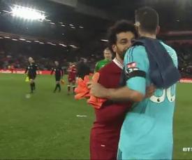 Salah se disculpa con Karnezis tras marcarle cuatro goles. Twitter/BTSport