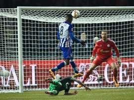 Salomon Kalou remata a puerta en la victoria del Hertha ante el Schalke. AFP