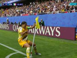 Sam Kerr hits the flag after scoring. Captura/OptusSport