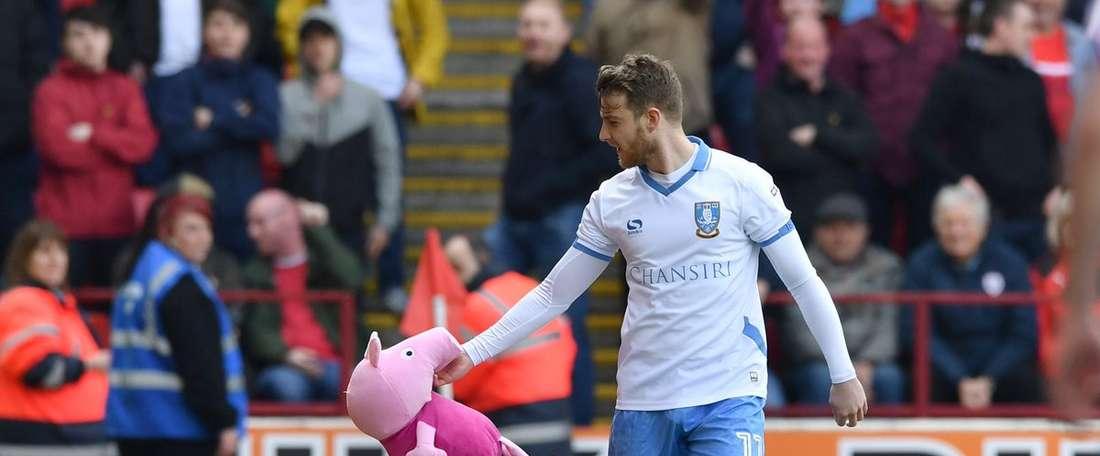 Winnall retiró el peluche de 'Peppa Pig' que le lanzaron los aficionados del Barnsley. Twitter/Coral