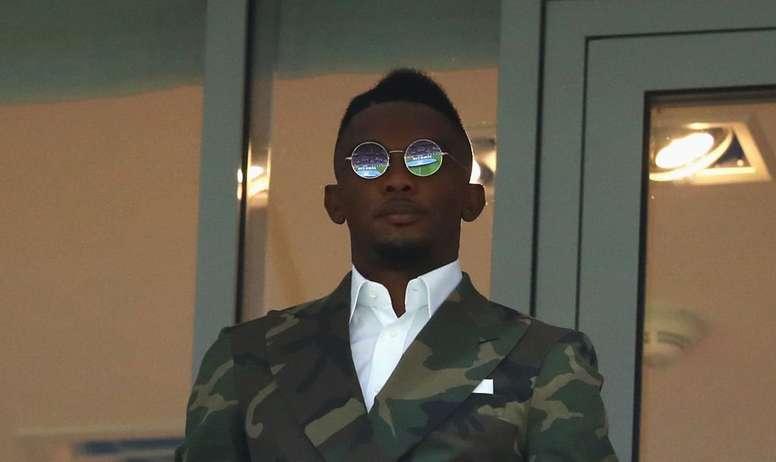 Captura de Samuel Eto'o, en la grada durrante un partido de Camerún. Twitter