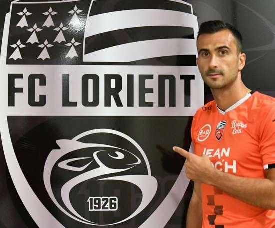 Saunier ha sido presentado con el Lorient. Twitter/FCLorient