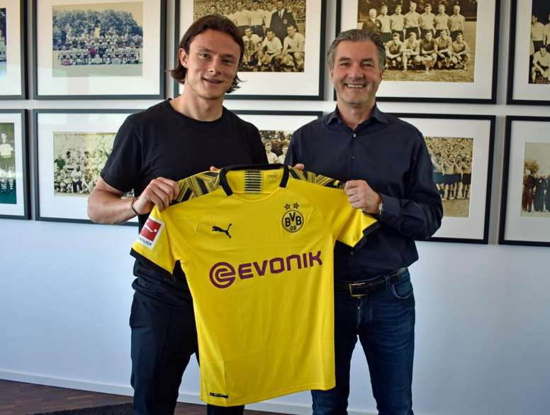 Schulz firma con el Borussia. Twitter/BlackYellow