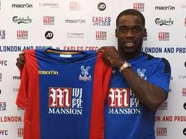 Schulpp posa con la camiseta del Crystal Palace. CPFC