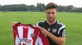 Scott Hogan tiene contrato con el Brentford hasta junio de 2017. Brentford