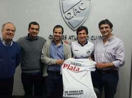 Sebastian Romero posa con la camiseta de Quilmes. QuilmesAC