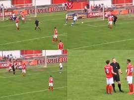 Un arbitre marque un but aux Pays-Bas. Captures/HarkemaseBoys