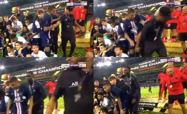 Mbappe teases Neymar in the trophy presentation. Capturas/beINSports