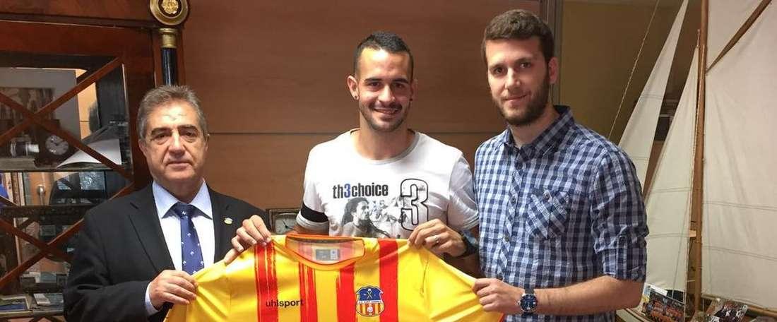 Segovia posa con los dirigentes del Sant Andreu en su renovación. UESantAndreu