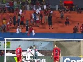 Quand les supporters indiquent les cages avec des flèches à leurs joueurs... Capture/SporTV