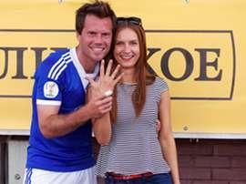 Sergey Levitskiy posa con su prometida tras el partido en el que le pidió matrimonio.