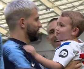 Le moment entre le footballeur et le fils de Knockaert. Capture/ManchesterCity
