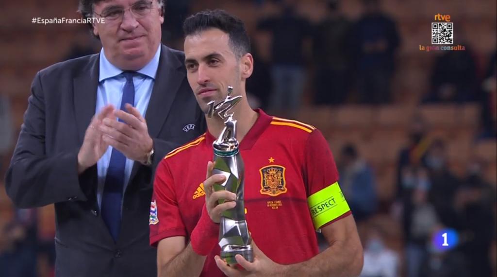 Cules - Página 18 Sergio-busquets--capitan-de-la-seleccion-de-espana--recibe-el-premio-al-mejor-jugador-del-torneo-de-la-liga-de-las-naciones-2021--captura-rtve