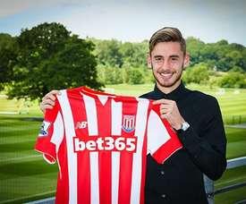 Sergio Molina posa con la camiseta de su nuevo club, el Stoke City. StokeCityFC