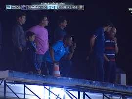 Sergio Ramírez, apoyado en el cono, vigila a su equipo desde el techo del estadio. Twitter