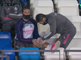 Sergio Ramos pictured with an ice bag on his knee. Screenshot/MovistarLaLiga