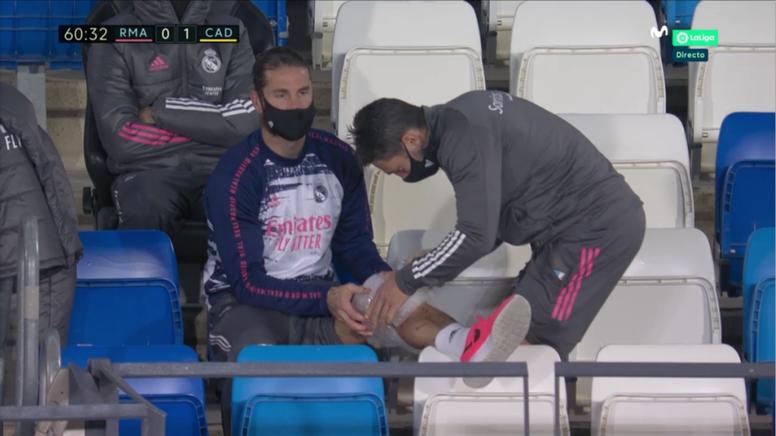Sergio Ramos pictured with an ice bag on his knee. Screenshot/MovistarLaLiga