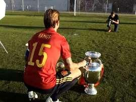 Sergio Ramos teve que posar em um momento. Captura/Twitter/SeFutbol