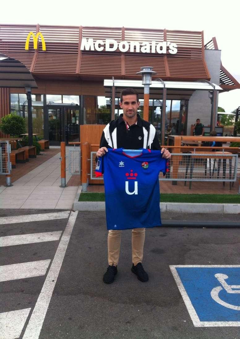 Sergio Sardina, posando como nuevo jugador del CD Móstoles. CDMóstoles