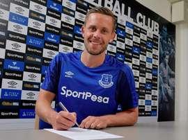Meia-atacante muda de clube, mas segue na Premier League. EvertonFC
