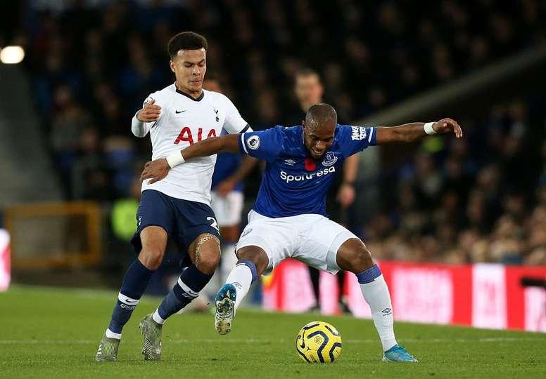 Everton se demande quoi faire avec Sidibé. Twitter/SpursOfficial