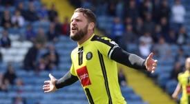 Simon Ainge celebra un gol con el Harrogate Town. TheNonLeaguePaper