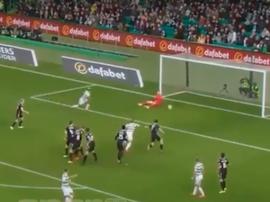 El jugador de Celtic no fue capaz de meterla. Captura
