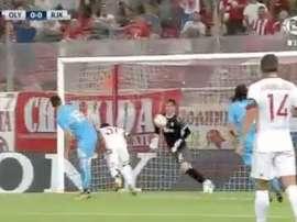 Sluga, del Rijeka, evita un tanto del Olympiakos con el pecho para salir jugando. Twitter