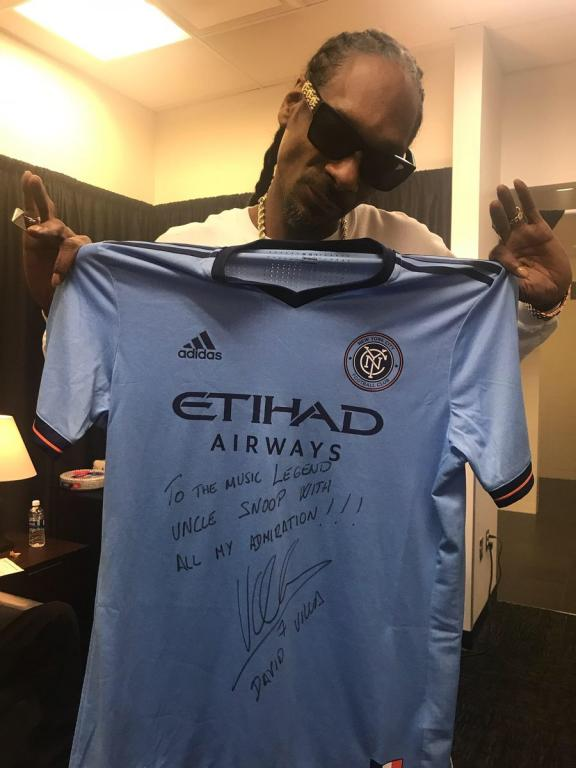 Villa le regala una camiseta firmada ¡a Snoop Dogg! - BeSoccer