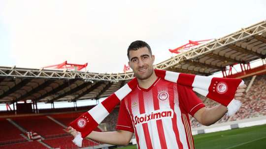 Sokratis signs for Olympiacos. Twitter/OlympiacosFC