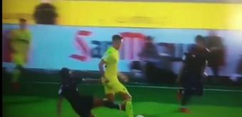 Soldado entra de forma salvaje por detrás al jugador del Villarreal Jorge Cuenca. Captura/Gol