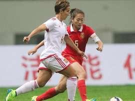 Sonia Bermúdez (i) conduce el balón en el partido amistoso ante China. Twitter