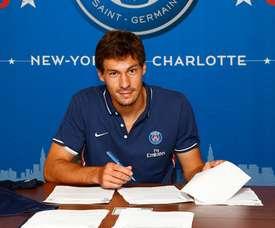 Stambouli, firmando contrato con el PSG. PSG