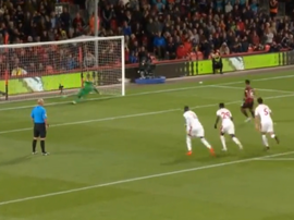 Stanislas scored a late penalty for Bournemouth. Captura