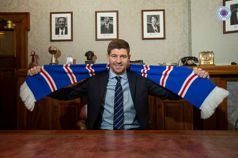 Rangers renova com Gerrard até 2024. Twitter/RangersFC
