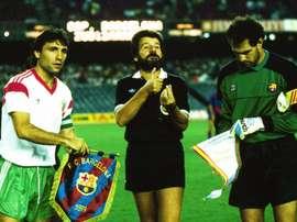 Stoichkov, con el CSKA de Sofía, y Zubizarreta, del Barcelona, en un partido de Recopa.