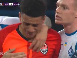 Taison sai de campo chorando depois de insultos racistas. Captura/Footballua TV