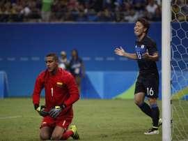 Takuma Asano celebra el primer gol logrado por Japón ante Colombia en un partido correspondiente a los Juegos Olímpicos de Río. EFE/EPA