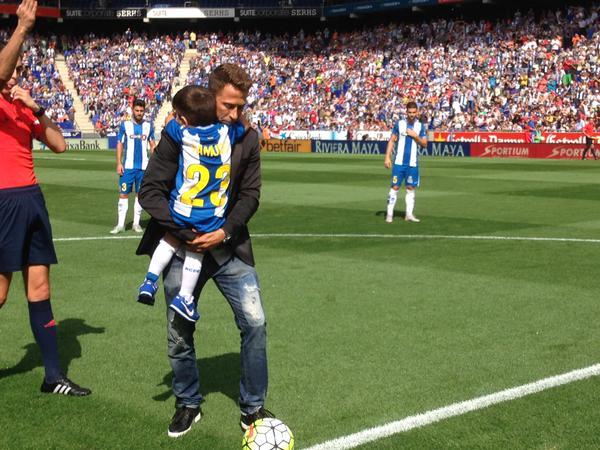 Tamudo, junto a su hijo Éric, haciendo el saque de honor en el homenaje recibido antes del Espanyol-Real Madrid.