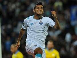 Tecatito Corona celebrando un gol con el Oporto. Twitter.