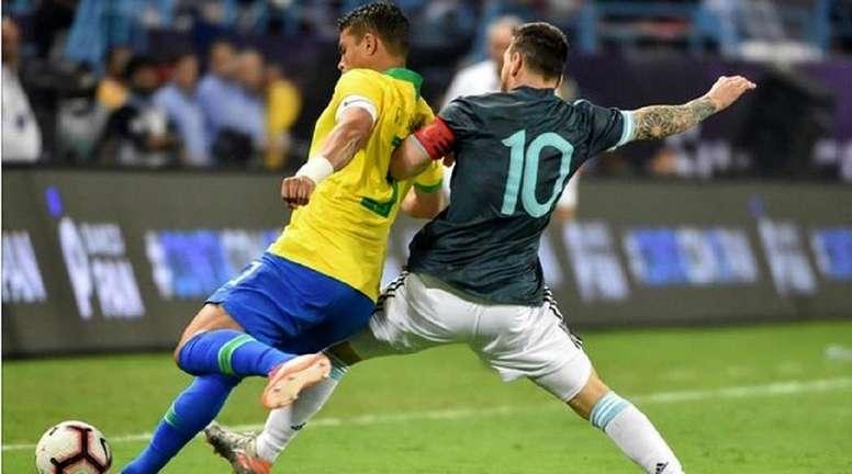 Thiago Silva tacle Messi. AFP