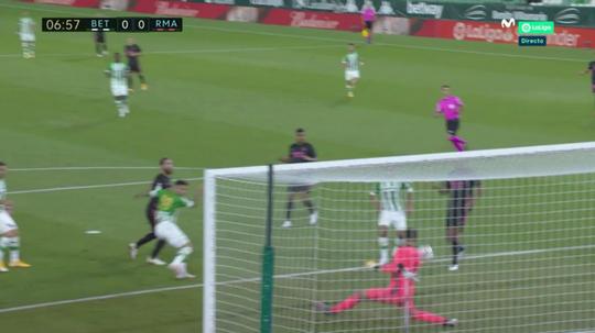 Courtois pulled off an amazing save. Screenshot/MovistarLaLiga