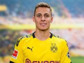 Thorgan Hazard firma con il Dortmund. BVB