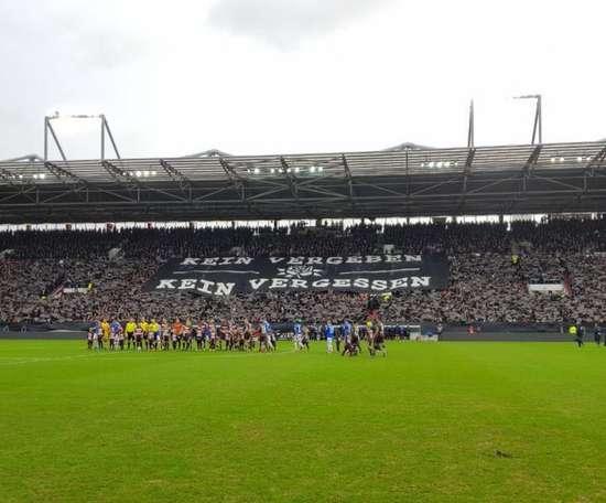 El Millerntor-Stadion se tiñó de negro en memoria de las víctimas del Holocausto. Twitter/FCStPauli