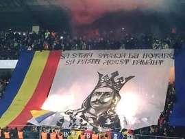 Tifo mostrado por los seguidores moldavos, uno de los elementos polémicos que la UEFA encontró en las gradas. Twitter